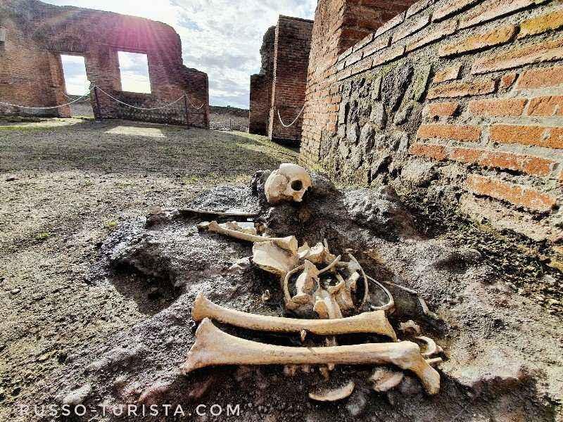 centralnye-termy-v-pompei-skelet-rebenka