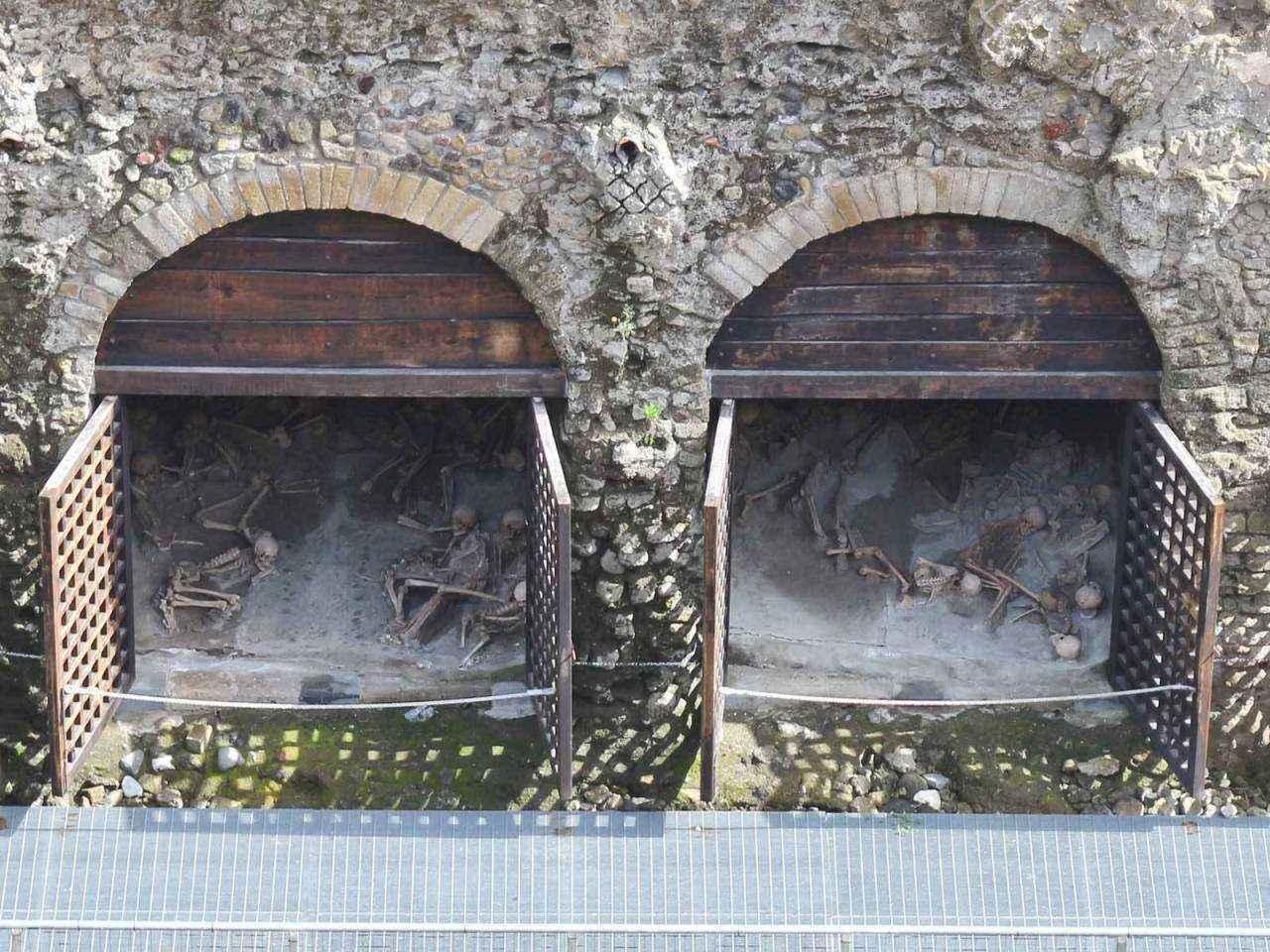 300-skeletov-gerkulanuma-kamennye-doki