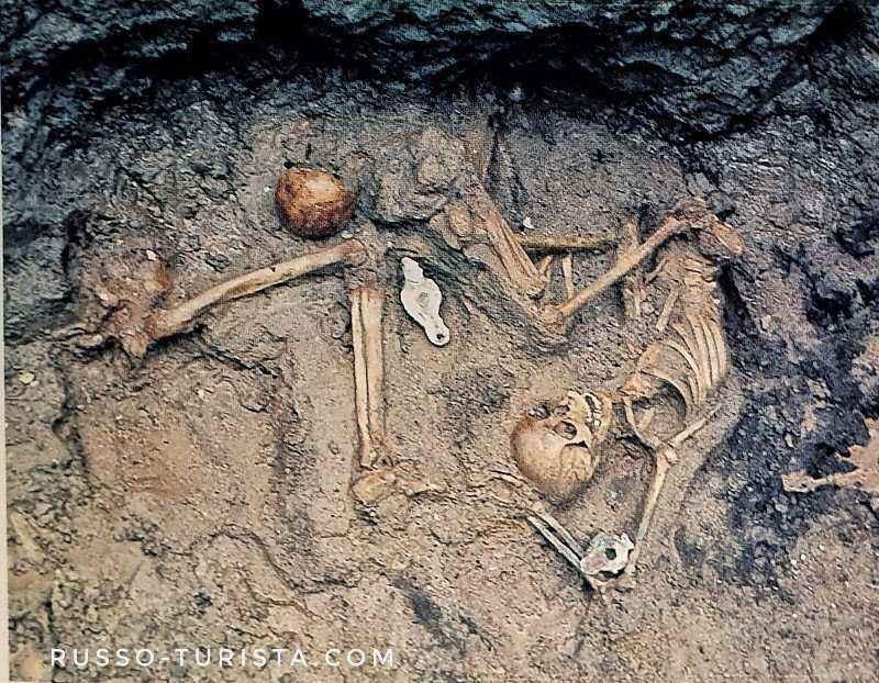 skelety-gerkulanuma-so-svetilnikami-pod-arkami